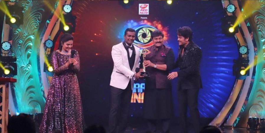 Chiranjeevi presenting the winner's trophy of Bigg Boss Telugu 3 to Rahul Sipligunj