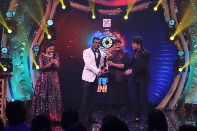 Akkineni Nagarjuna, Chiranjeevi with Bigg Boss Telugu 3 winner Rahul Sipligunj and runnerup Sreemukhi