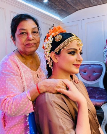 Kangana with her hairdresser