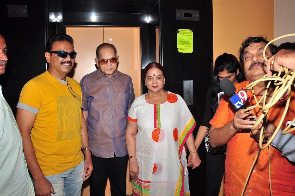 Mahesh Babu,Mahesh Babu Father Krishna,Krishna watches Srimanthudu movie,Srimanthudu,Srimanthudu special screening,Superstar Krishna,Vijaya Nirmala,Vijaya Naresh
