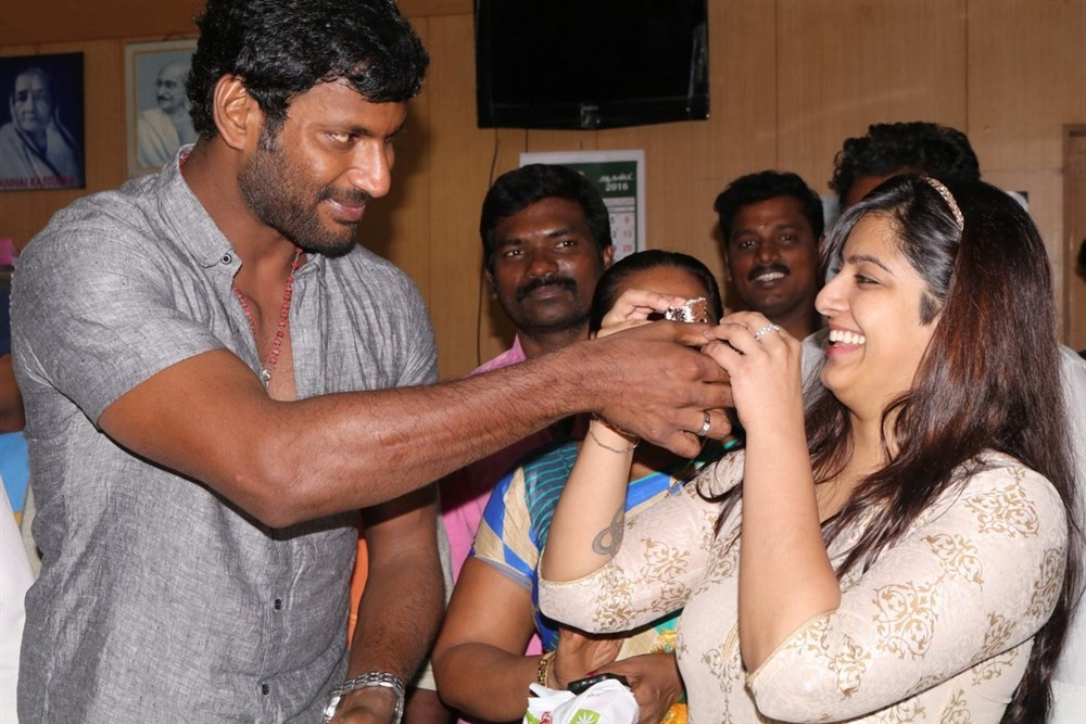 Vishal,Vishal birthday celebrations,Vishal birthday,Vishal celebrates his birthday with Varalaxmi Sarathkumar,Varalaxmi Sarathkumar,Vishal celebrate his birthday with Varalakshmi Sarathkumar,Vishal and Varalaxmi Sarathkumar,Vishal and Varalaxmi,Vishal wit