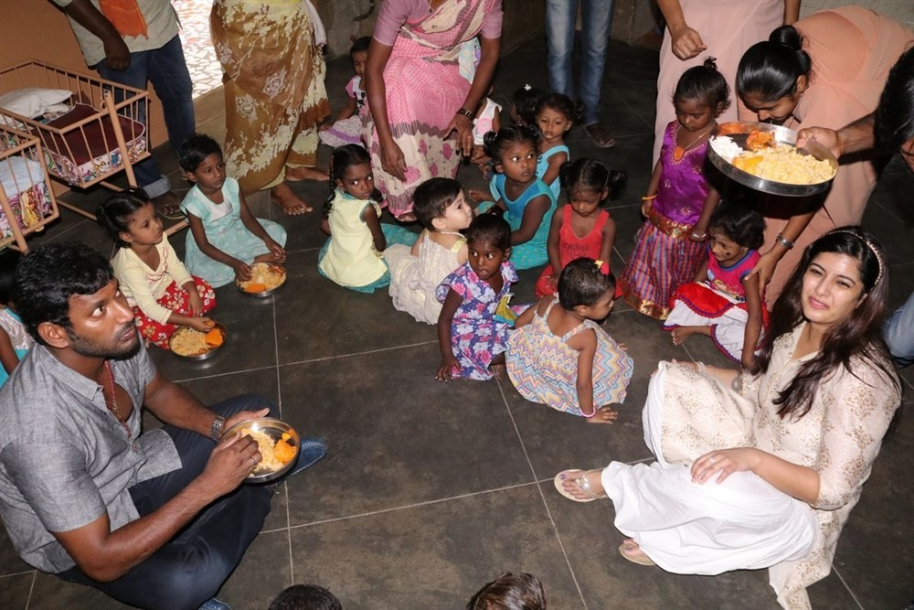 Vishal,Vishal birthday celebrations,Vishal birthday,Vishal celebrates his birthday with Varalaxmi Sarathkumar,Varalaxmi Sarathkumar,Vishal celebrate his birthday with Varalakshmi Sarathkumar,Vishal and Varalaxmi Sarathkumar,Vishal and Varalaxmi,Vishal wit