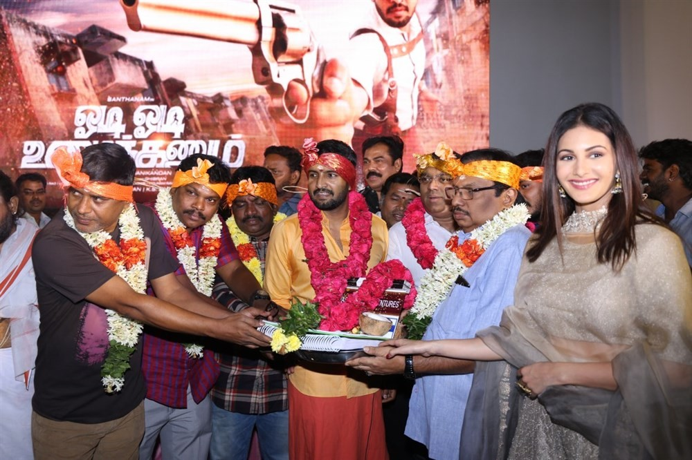 Odi Odi Uzhaikkanum movie launch,Odi Odi Uzhaikkanum,Odi Odi Uzhaikkanum movie pooja,Santhanam,Amyra Dastur,Ghibran,Stunt Silva,Manikandan,Murali Ramaswamy,Gopinath,Kalaipuli S Thanu,KS Srinivasan,Kasthuri Raja,Chitra Lakshmanan,T Siva