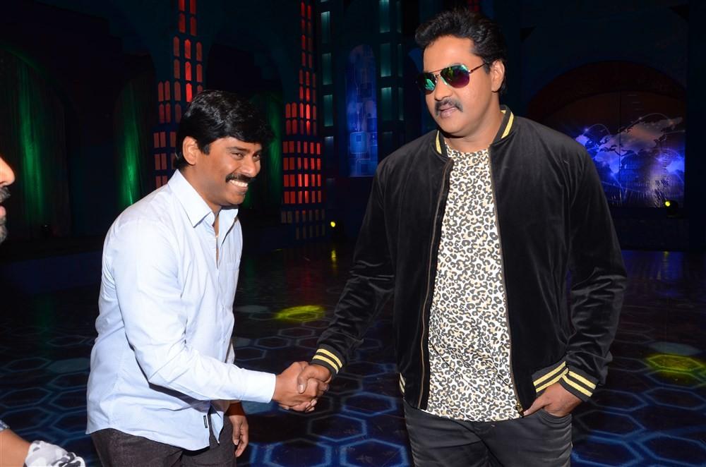 Sunil,actor Sunil,Metro movie first song,Metro movie,Suresh Kondeti,Sunil latest pics,Sunil latest images,Sunil latest photos,Sunil latest stills,Sunil latest pictures