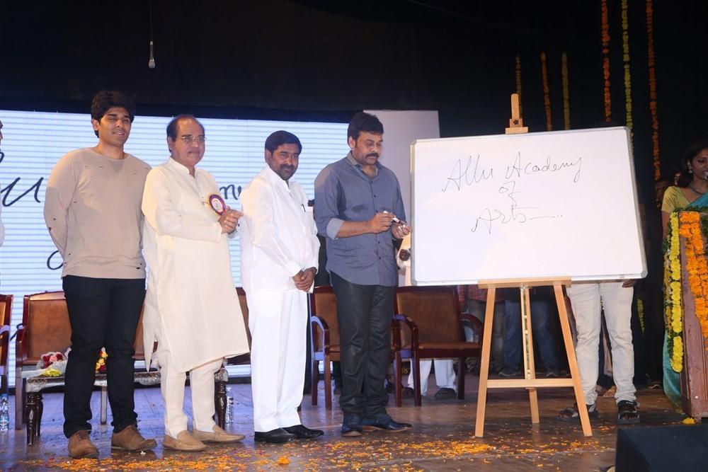 Chiranjeevi,Allu Arjun,Megastar Chiranjeevi,Allu Ramalingaiah Award Presentation 2017,Allu Ramalingaiah Award Presentation,Allu Aravind,?Allu Nirmala