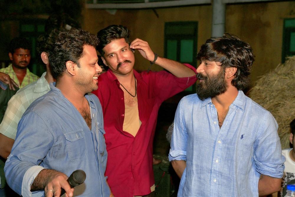 Dhanush,actor Dhanush,Padai Veeran,Padai Veeran on the sets,Dhanush visits Padai Veeran,Dhanush visits Padai Veeran sets,Vijay Yesudas,Amritha,Dhana,Rajavel Mohan