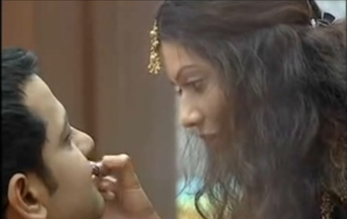 Payal Rohatgi applies lipstick on Rahul Mahajan