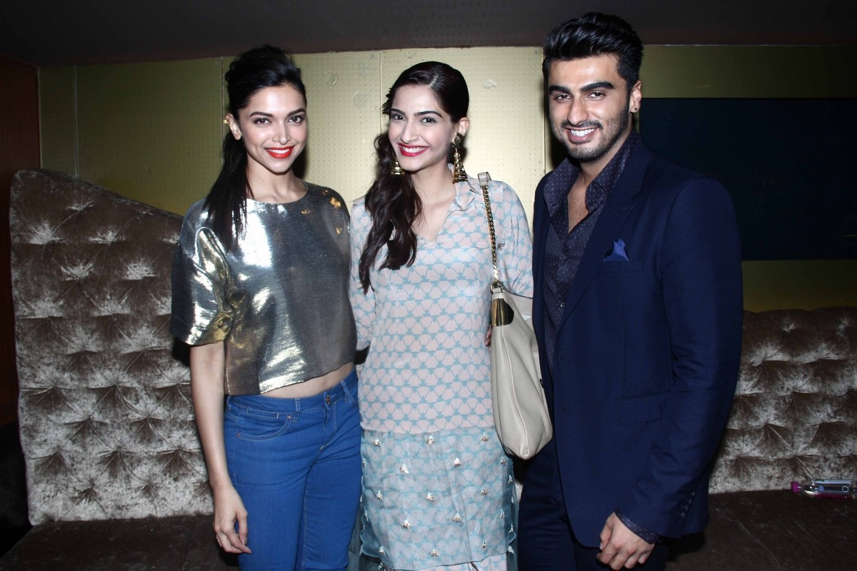 Deepika Padukone, Sonam Kapoor Patch-Up at 'Finding Fanny' Special Screening