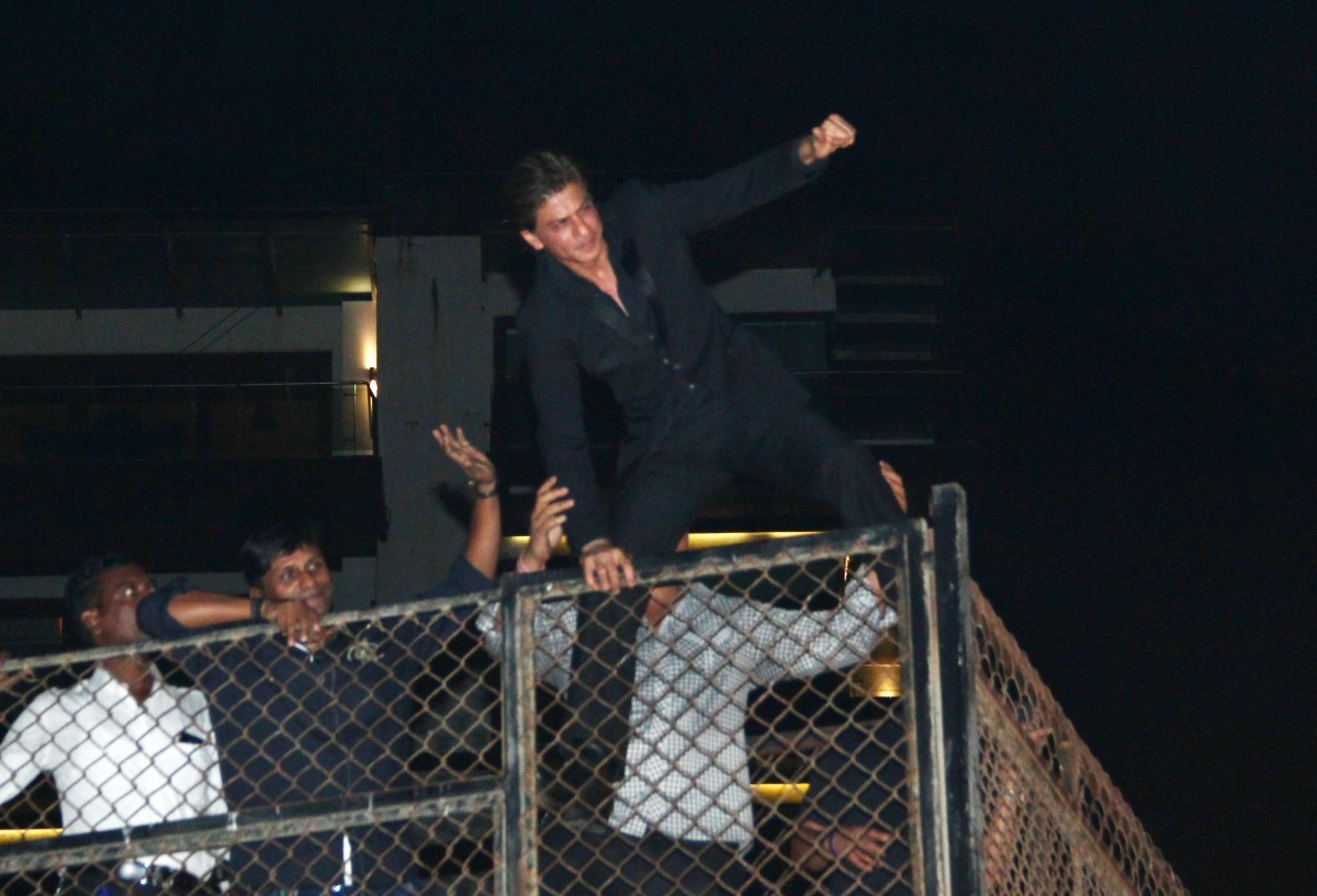Shah Rukh Khan celebrates 49th birthday with fans waiting outside Mannat