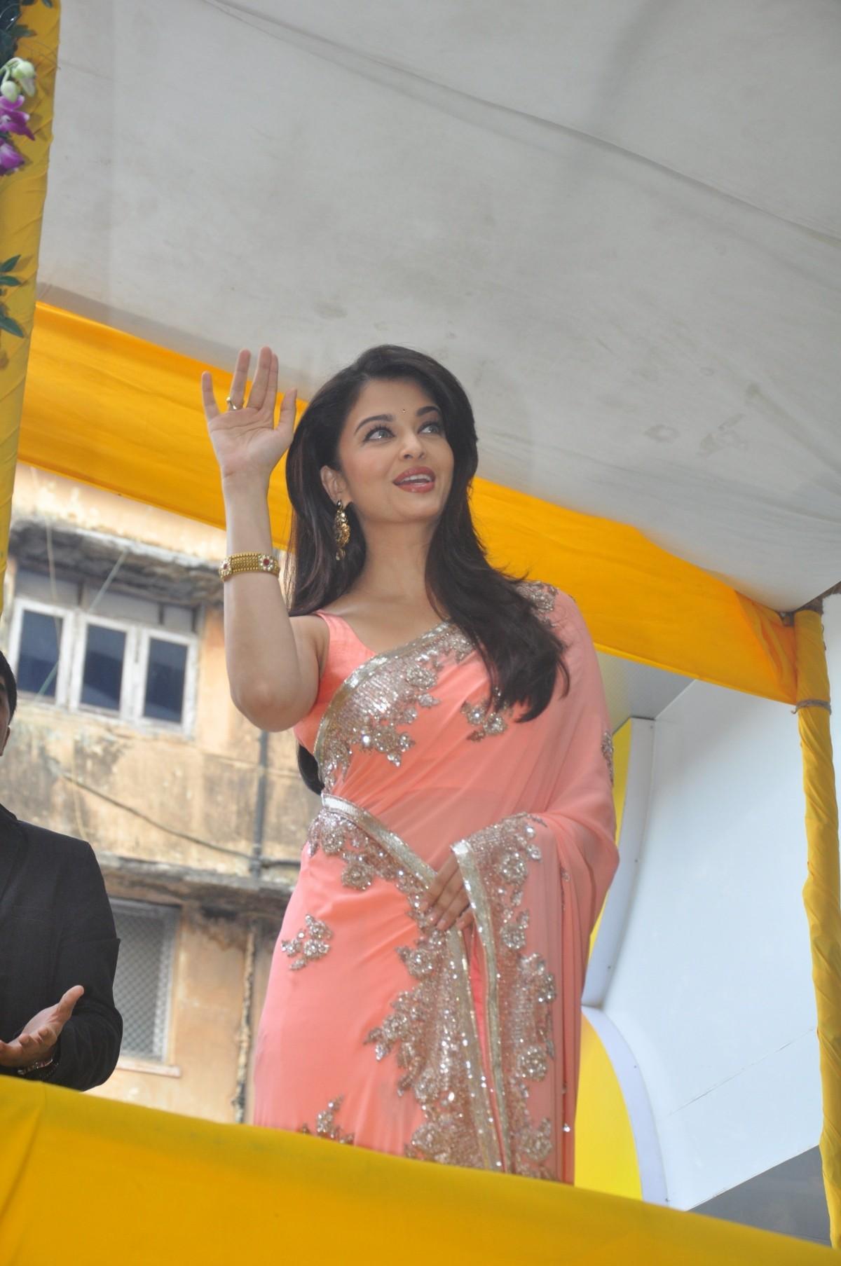Aishwarya Rai Bachchan, Deepika Padukone, Ileana D'Cruz ... | 1200 x 1807 jpeg 275kB