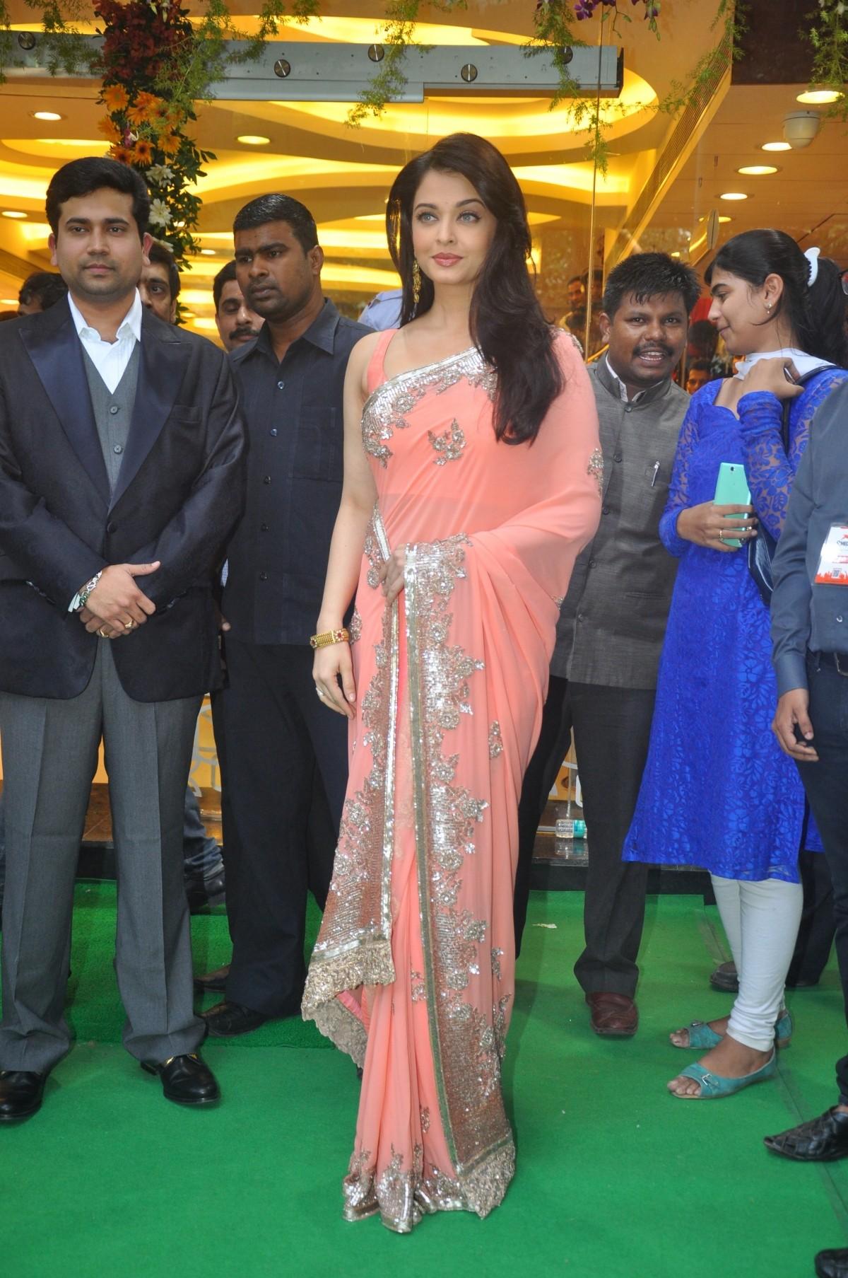 aishwarya rai bachchan inaugurates kalyan jewellers new store; looks