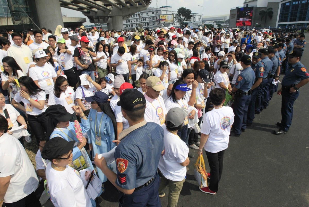 Well-wishers waiting for the arrival of Pope Francis in Manila