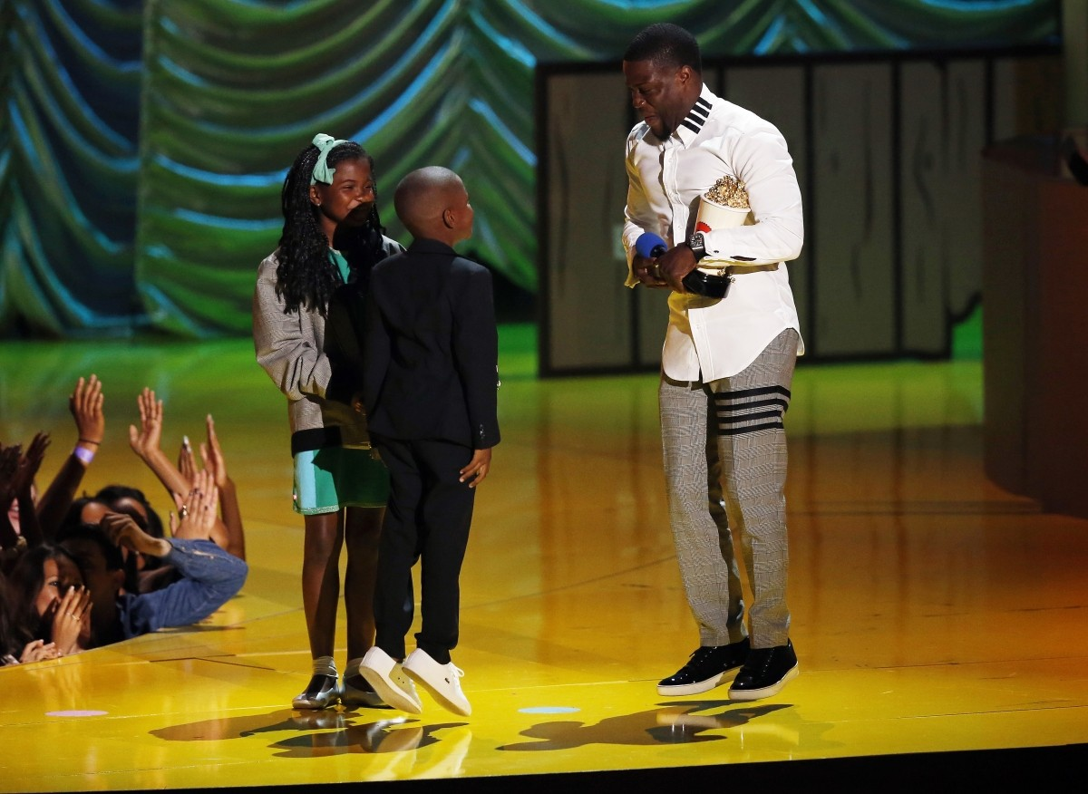 Kevin Hart and his children accept MTV Comedic Genius Award