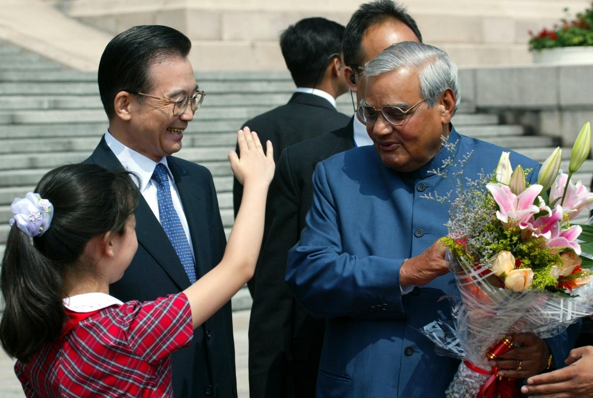 """Atal Bihari Vajpayee """"title ="""" The Indian Prime Minister Atal Bihari Vajpayee (R) is greeted by a Chinese girl and Chinese Premier Wen Jiabao (L) in a welcoming ceremony Beijing June 23, 2003 """"/>   <figcaption class="""