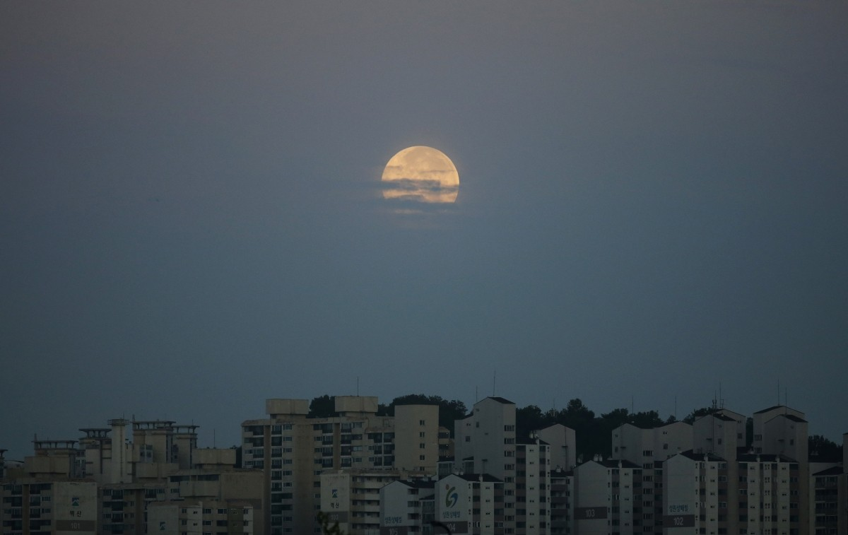 A supermoon hangs in the sky behind an apartment complex in Suwon August 11, 2014.