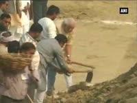 PM Modi offers prayers at Varanasi Assi ghat, launches 'Swachh Bharat Abhiyan