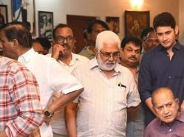Mahesh Babu visits stepmother Vijaya Nirmala's residence