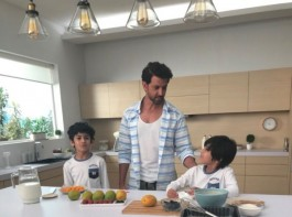Hrithik Roshan who was shooting for a commercial ad in the city got into some sweet gestures which prove him to be a true gentleman once again. Taking time off from the ongoing shoot, Hrithik Roshan's adorable act towards the kids present on the set was a sight to behold. The actor got into some real-time fun sessions with the kids and was seen clicking pictures and signing autographs for them.