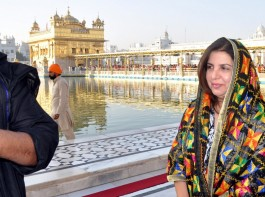 Bollywood director-choreographer Farah Khan visited Golden Temple in Amritsar on Tuesday (April 24, 2018). Farah took to both Twitter and Instagram to share pics about the visit.