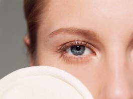 1. Baking soda can reduce dark circles. Mix some baking soda with hot water or tea. Soak two cotton pads in this mixture and place them over the eyes. You can wash the face after 10 minutes. Apply some moisturizer. You will see the result if you repeat the process daily.