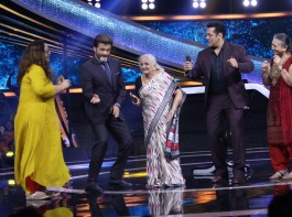 Anil Kapoor shakes a leg on the song 'My name is Lakhan' with some fans on Dus Ka Dum