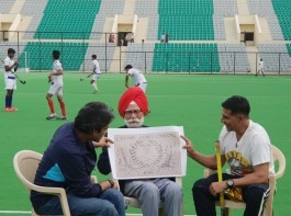 Akshay Kumar meets Hockey legend Balbir Singh