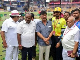 CM Kumaraswamy, DK Shivakumar, Ambareesh and Sudeep at Karnataka Chalanachitra Cup (KCC) launch