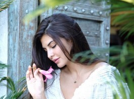 Jacqueline Fernandez lights up the California city with her simple and natural look