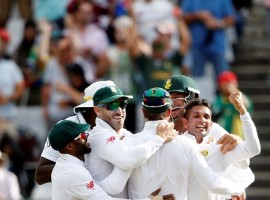 Star pacer Morne Morkel bagged five wickets in the second innings as South Africa defeated Australia by 322 runs on the fourth day of the third cricket Test here on Sunday. Needing to achieve a world record chase of 430 runs for a win, the Australians suffered a batting collapse in their second innings and were bundled out for a mere 107.