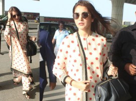 Yet again Bollywood actress Anushka Sharma gives us the perfect airport look with Sabyasachi kurta-palazzo with black sunglasses.