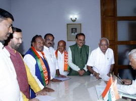 Karnataka Governor Vajubhai Vala on Wednesday invited BJP legislative party leader B.S. Yeddyurappa to form the new government and to take oath as Chief Minister on Thursday, a party spokesman said.