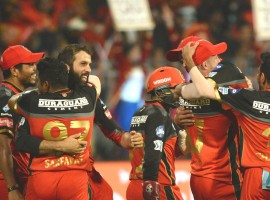 Royal Challengers Bangalore kept their playoff hopes alive as Sunrisers Hyderabad's skipper Kane Williamson (81 off 42) and Manish Pandey's (62 not-out off 38) blistering knock went in vain in a crucial Indian Premier League (IPL) clash at M. Chinnaswamy Stadium here on Thursday. It was once again Williamson, who along with Pandey forged a crucial partnership to take Hyderabad on the verge of another nail-biting win. However, it was the hosts who clinched the issue by 14 runs to keep their playoff dream alive. Chasing the massive 219-run target, Hyderabad openers Shikhar Dhawan (18) and Alex Hales (37) took their side to a quick start, accumulating 47 runs in the first five overs. However, the decent start was short-lived as Yuzvendra Chahal drew the first blood for the hosts in the sixth over when Dhawan came down the track but chipped back to the bowler. With addition of another 17 runs in Hyderabad's scorecard, AB de Villiers took a stunning catch at deep midwicket to pack back Hales off a Moeen Ali delivery.