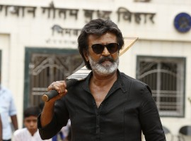 Kaala: Kya re, setting ah? Vengayin mavan othaila nikka. Dhillu iruntha mothama vangaila. (I have come alone. If you have guts, come at me all at once).