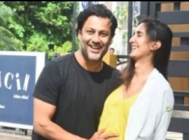 Director Abhishek Kapoor recently took a day off from his grueling schedule of Kedarnath and took his pregnant wife Pragya Kapoor on a lunch date. Pragya who is pregnant with her second baby wore a yellow colored lose dress, while Abhishek kept his look very casual in t-shirt and jeans for their Lunch date. Just last month, Abhishek announced that he and his wife Pragya were expecting their second baby. The two took to social media to announce the news of Baby No 2. Pragya uploaded the picture with the caption,