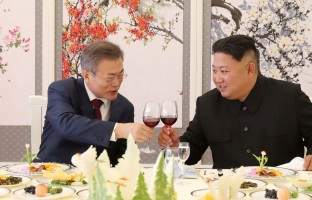 south-korean-president-moon-jae-makes-toast-north-korean-leader-kim-jong-un