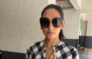 kannada-celebs-cast-vote-lok-sabha-elections-2019-ragini-dwivedi-casts-her-vote