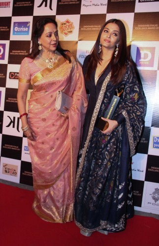 Aishwarya Rai Bachchan and Hema Malini,Aishwarya Rai Bachchan,Hema Malini,Aishwarya Rai,Aishwarya Rai at  Dadasaheb Phalke awards,Aishwarya Rai pics,Aishwarya Rai images,Aishwarya Rai stills,Aishwarya Rai pictures,Aishwarya Rai phoots