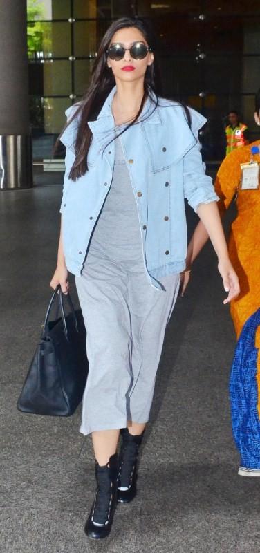 Sonam Kapoor spotted at Airport,Sonam Kapoor at Airport,Sonam Kapoor,actress Sonam Kapoor,Sonam Kapoor pics,Sonam Kapoor images,Sonam Kapoor stills,Sonam Kapoor pictures