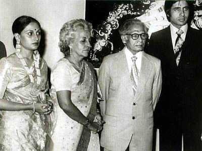 Jaya Bhaduri and Amitabh Bachchan on their wedding day With Shri Harivansh Rai Bachchan and Srimati Teji Bachchan (Amitabh Bachchan/Facebook/)