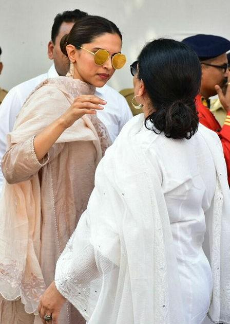 Deepika Padukone,actress Deepika Padukone,Deepika Padukone at Sridevi funeral,Deepika Padukone in Sridevi funeral,Sridevi funeral,Sridevi funeral pics,Sridevi funeral images,Vidya Balan and Siddharth Roy Kapur,Vidya Balan,Siddharth Roy Kapur