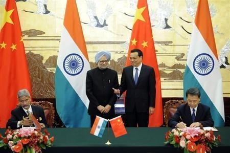 Chinese Premier Li Keqiang (2nd R) and India's Prime Minister Manmohan Singh (2nd L) attend a signing ceremony at the Great Hall of the People in Beijing October 23, 2013.
