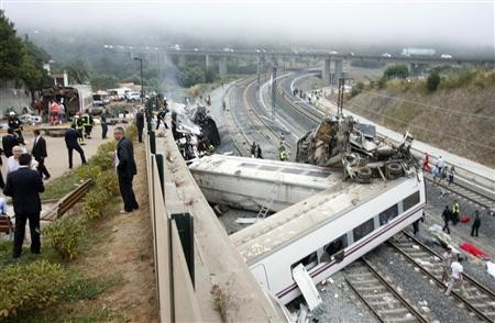 Rescue workers pull victims from a train crash near Santiago de Compostela, northwestern Spain, July 24, 2013. (REUTERS/Oscar Corral)