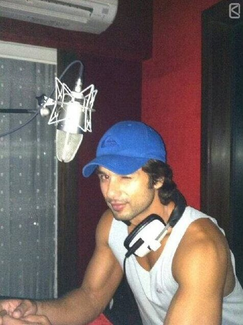 Rare Candid Pictures of Shahid Kapoor