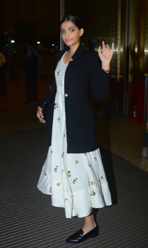 Sonam Kapoor,actress Sonam Kapoor,Veere Di Wedding shooting,Veere Di Wedding,Sonam Kapoor heads to Delhi,sonam kapoor spotted at airport,sonam kapoor at airport