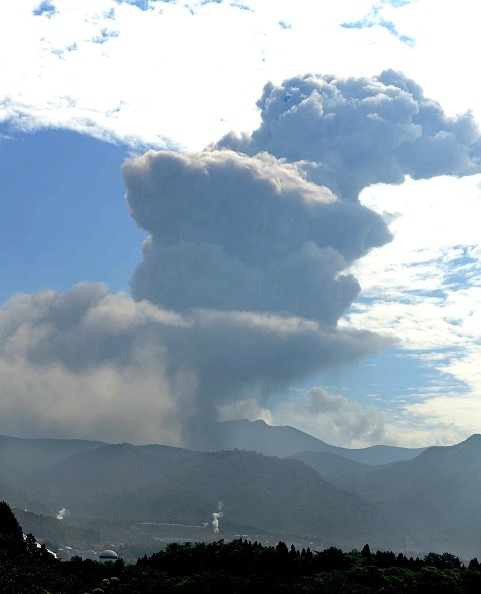 Mt. Shinmoe in,Japan volcano,Japan volcano erupts,Japan volcano erupts pics,Japan volcano erupts images,Japan volcano erupts stills,Japan volcano erupts pictures
