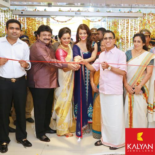 Prabhu, Manju Warrier and Aishwarya Rai inaugurating Kalyan Jewellers showroom in Kerala.