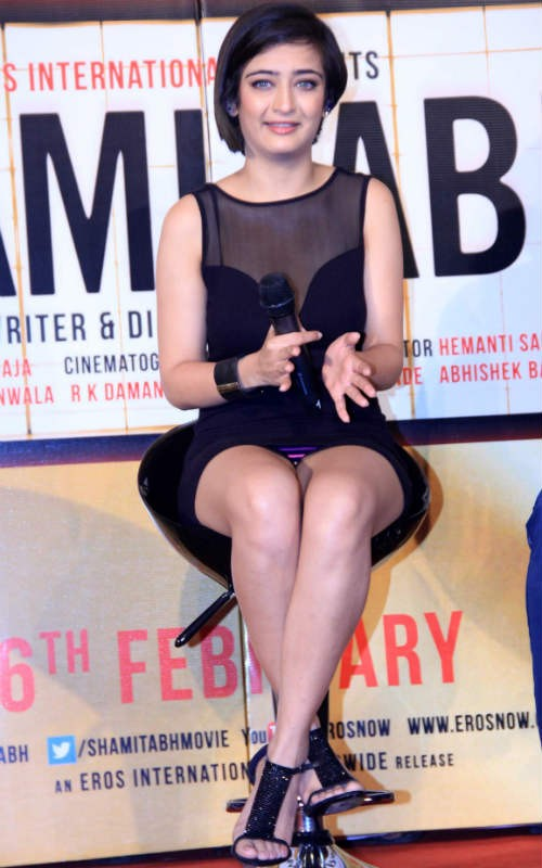 Akshara Haasan Suffers Wardrobe Malfunction at 'Shamitabh' Trailer Launch