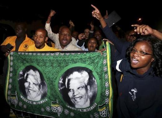 People outside Nelson Mandela's house