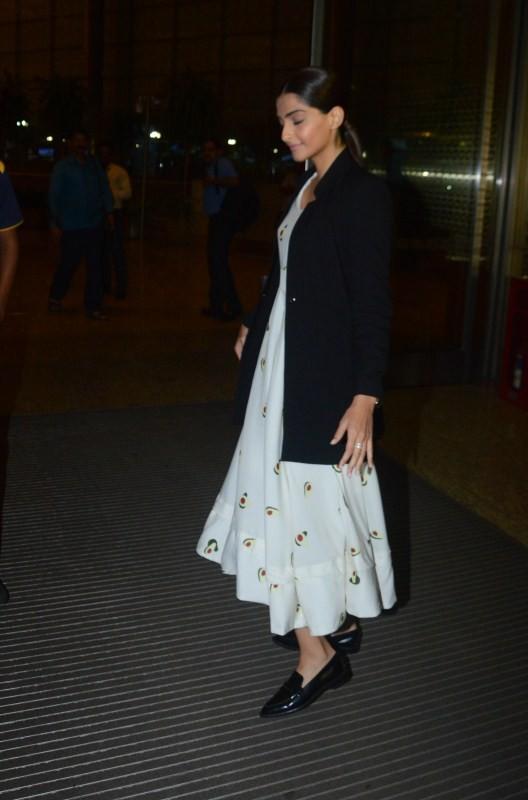 Sonam Kapoor,actress Sonam Kapoor,Veere Di Wedding shooting,Veere Di Wedding,Sonam Kapoor heads to Delhi,sonam kapoor spotted at airport,sonam kapoor at airport