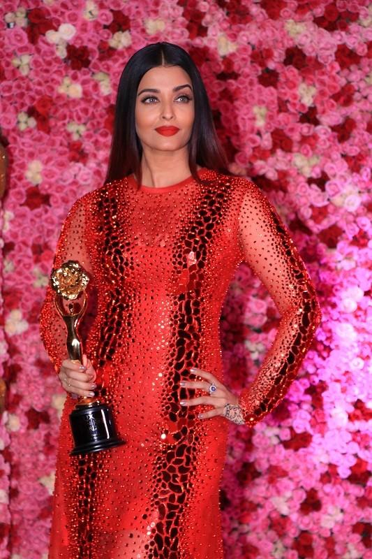 2018 Lux Golden Rose Awards,Lux Golden Rose Awards,Aishwarya Rai Bachchan,Shah Rukh Khan,Akshay Kumar,Kajol,janhvi kapoor,Nushrat bharucha,kartik aaryan